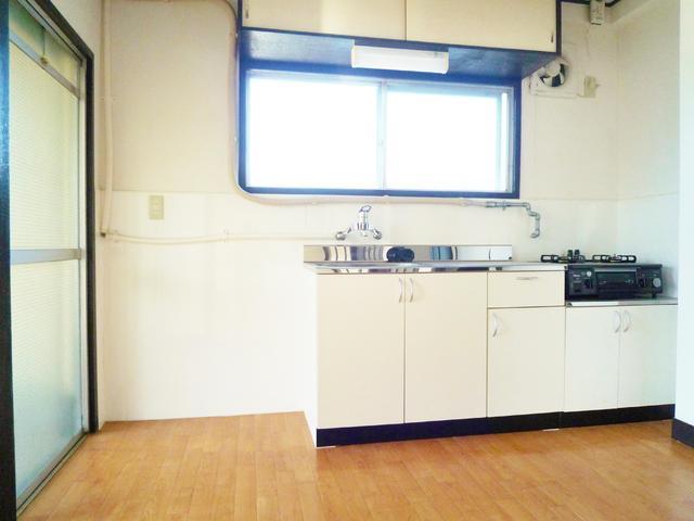 シンプルなキッチン。2口ガスコンロ付いてます。
