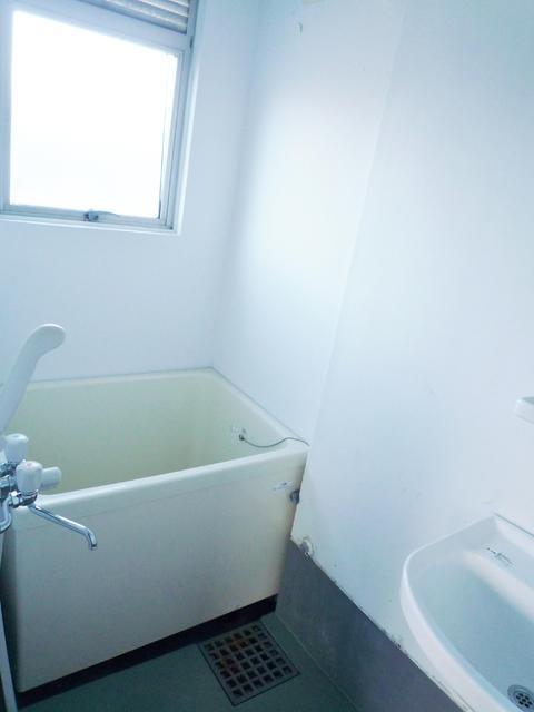 床が昭和レトロなタイル張り浴室です。洗面台付き。