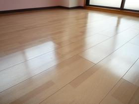 居室床面は防音タイプのフローリング張り変えました。