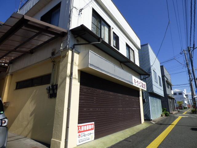 ライズ咲花さんとなり 和田精肉店さん、ななめ向かいです。