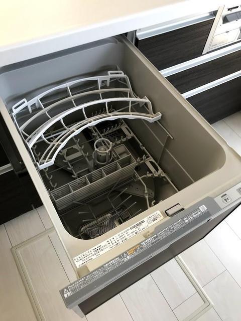 主婦の味方、食器洗乾燥機付きです。