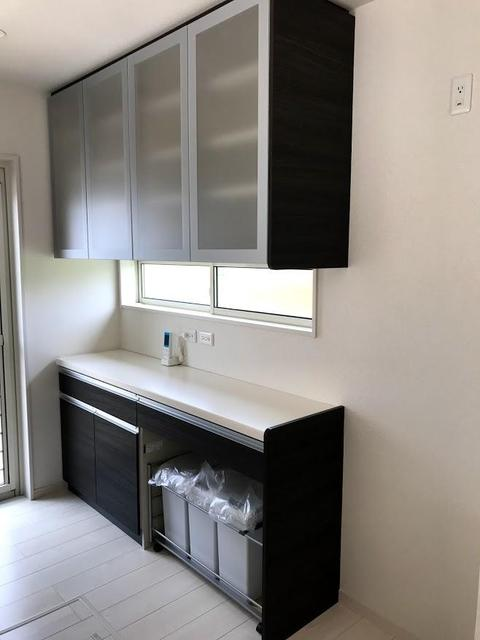 キッチンの背面部分には、カップボード付きでキッチンんとの統一感もあり、スッキリです。