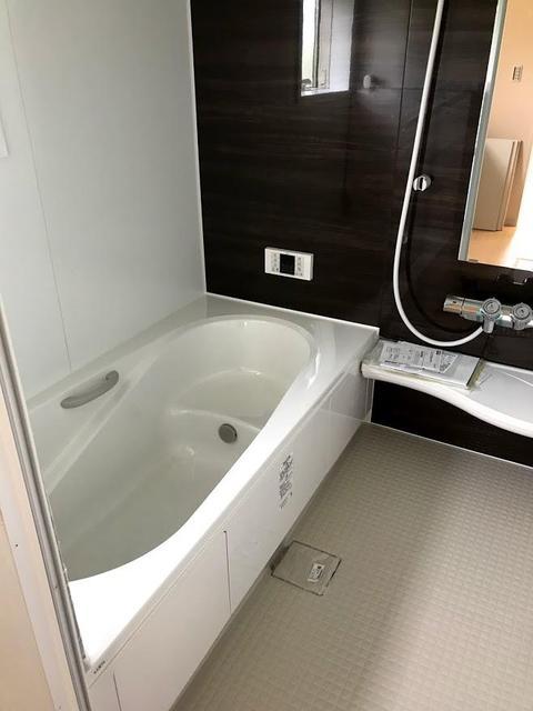 バスルームは、追い炊き、浴室乾燥機能付きです。