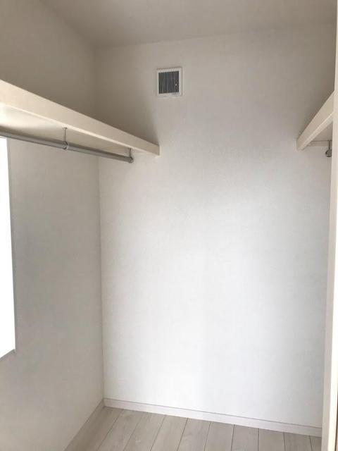 2階の洋室には、ウォークインクローゼット付きです。もちろん、別の二つの洋室にもクローゼットが付いています。