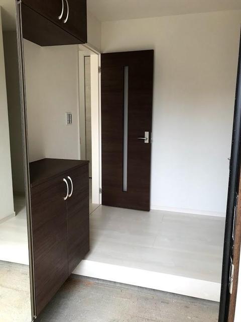 玄関部分です。カラーは、玄関ドアと同じブラウンで統一されています。シューズインクロークとミラー付きのシューズボックス付きです。
