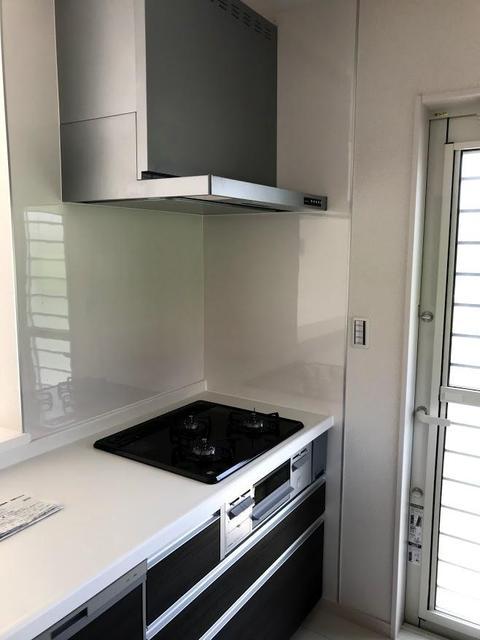 キッチンは、ガスの3口コンログリル付きです。側面には、勝手口が付いていて、ゴミ出し等に便利です。